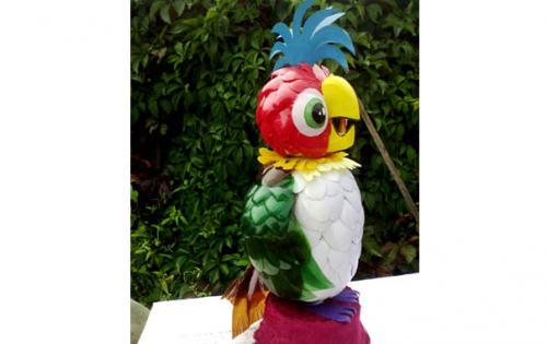 Как сделать попугая из бутылок пластиковых. Попугай из пластиковых ложек и бутылок