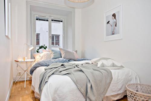 Как обустроить узкую комнату. Дизайн узкой спальной комнаты с окном в конце
