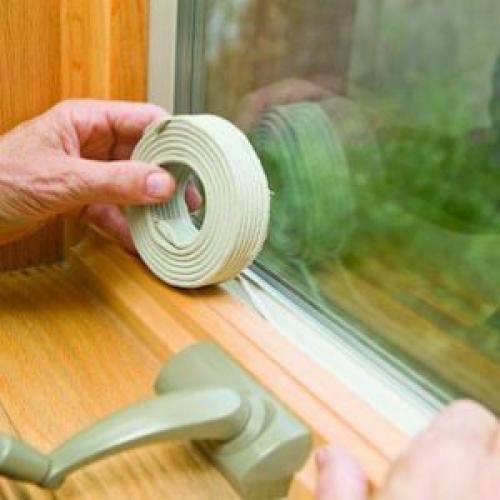 Как заклеить окна на зиму в домашних условиях. Как самостоятельно заклеить щели в окнах на зиму (видео)